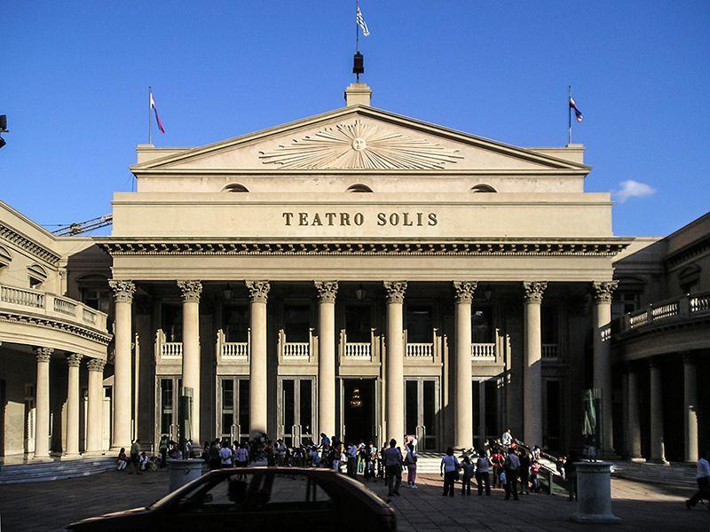 El Teatro Solís fue inaugurado originalmente en 1856