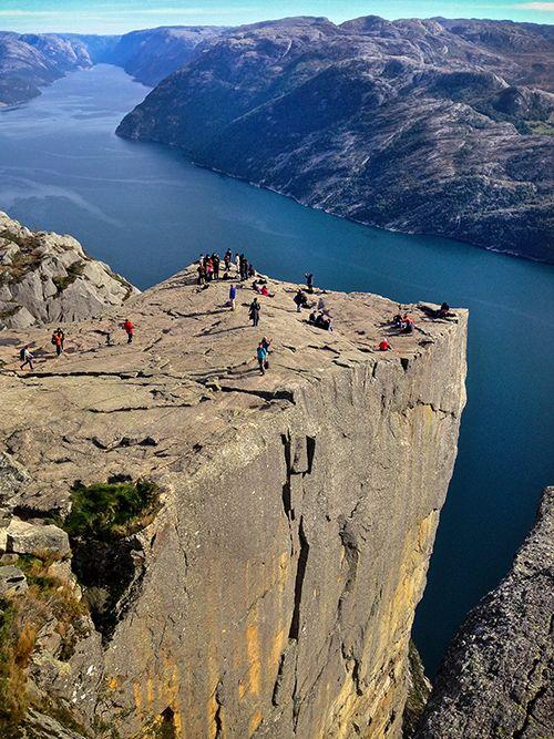 Preikestolen es una formación rocosa cuadrada que se parece a un púlpito. Se eleva en Noruega.