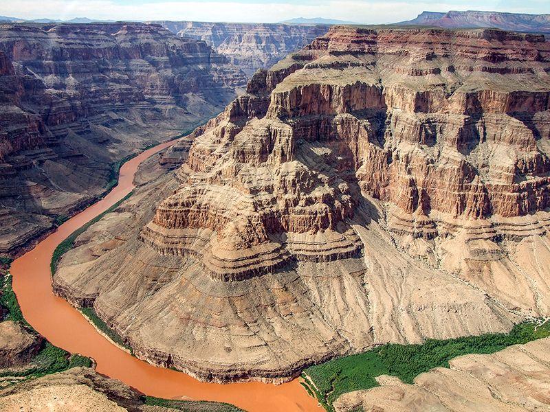 El Gran Cañón del Colorado se asoma a un pequeño curso de agua que apenas se ve desde las alturas.