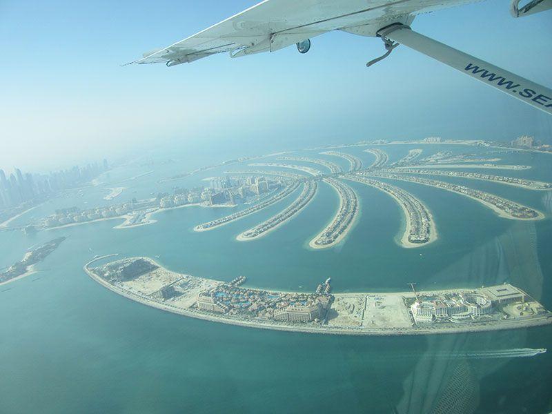 El sobrevuelo revela las formas más excéntricas de Dubái.