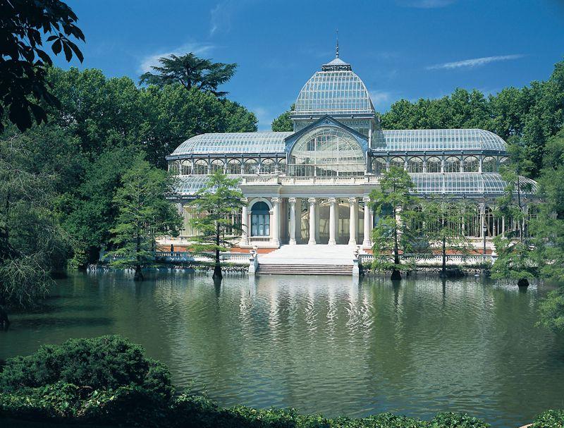 Palacio de Cristal junto al lago: una de las postales del Parque del Retiro.