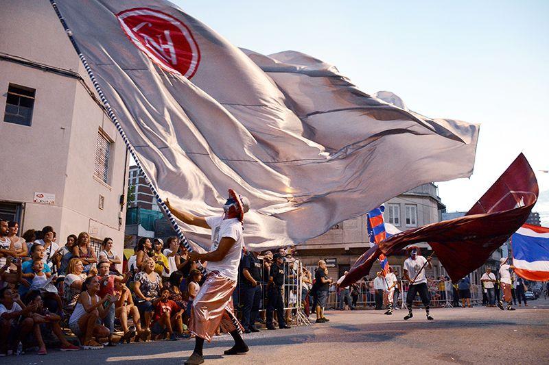 Uno de los mejores momentos del desfile: cuando el portabanderas hace su gracia ante el público.
