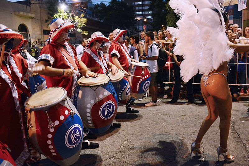 El tronar de los tambores empuja a los cuerpos al constante movimiento.