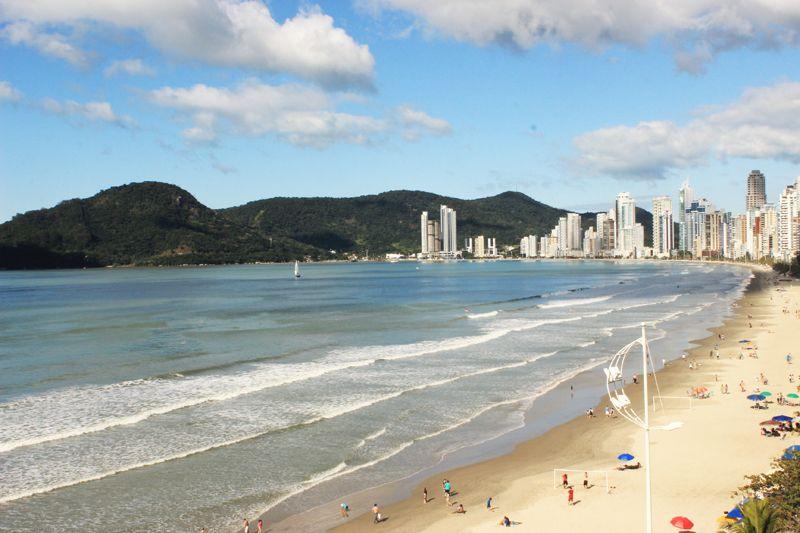 Playas amplias y de fondo el morro teñido de verde.