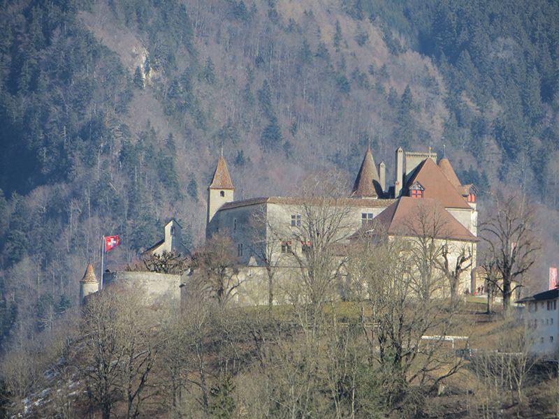 El castillo domina la aldea medieval.
