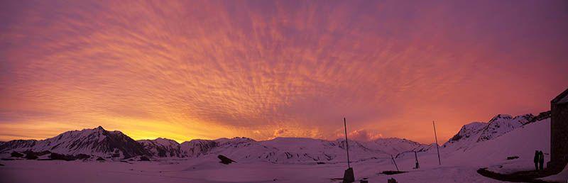 Al atardecer las pistas se iluminan para que los visitantes puedan seguir esquiando o practicando snowboard.