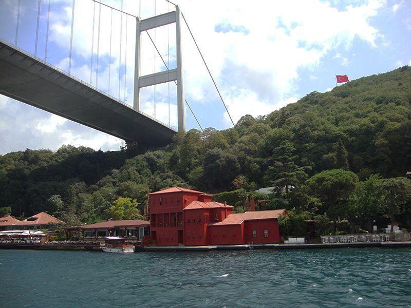 Una mansión bajo el puente colgante