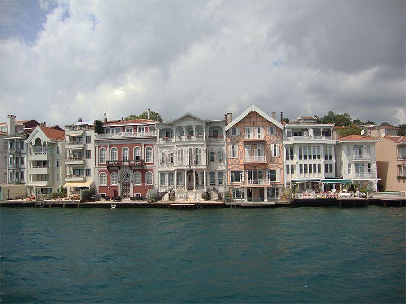 Las mansiones de los siglos XIX y XX a orillas del Bósforo son patrimonio de las familias adineradas de Estambul.