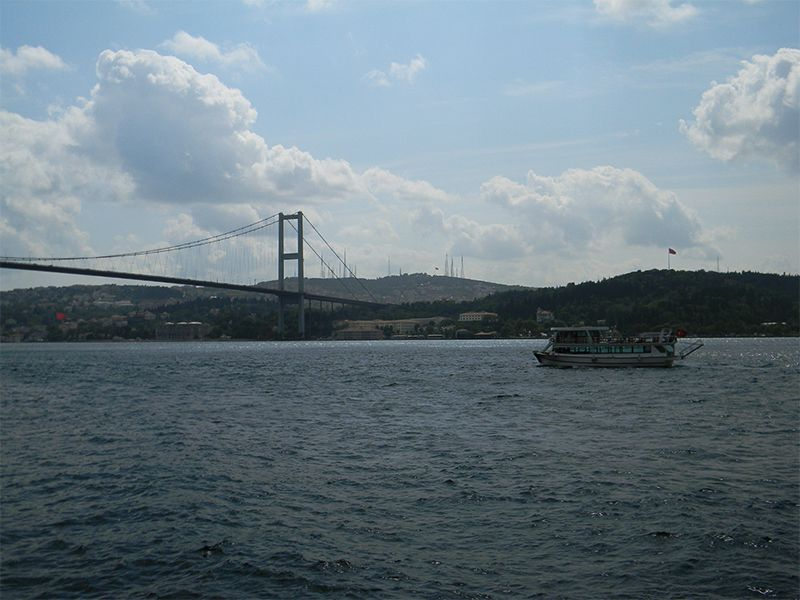 Los puentes colgantes que atraviesan el Bósforo aparecen frecuentemente en la telenovela.