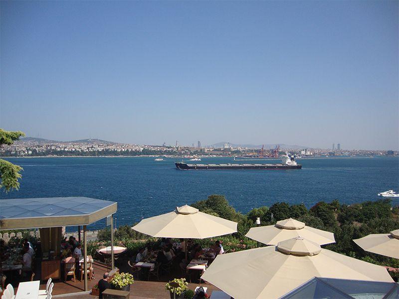 Las terrazas al aire libre y las vistas panorámicas del Bósforo son parte del encanto que atrapa a las audiencias.