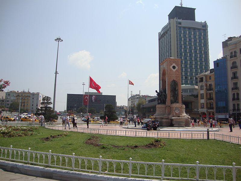 El monumento a la República Turca en la plaza Taksim
