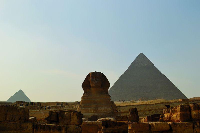 Con cuerppo de León y el rostro del Faraón Kefrén