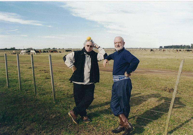 Junto al artista Rogelio Polesello en un campo en el Partido de Lezama.