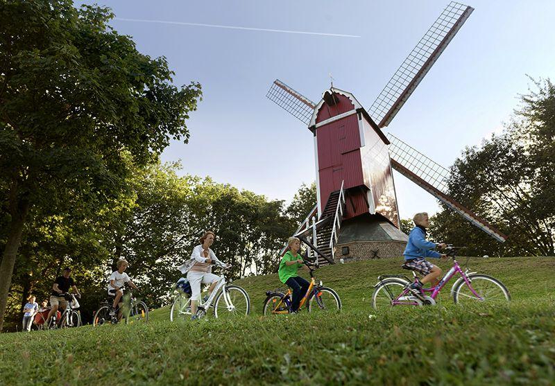 Junto a las antiguas murallas yacen molinos y amplios espacios verdes donde relajarse después de pedalear.