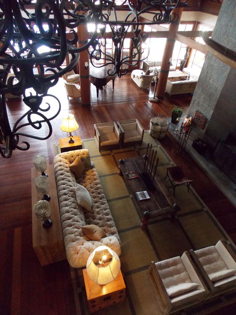 Las salas comunes ostentan piezas de arte y una ambientación donde prevalecen la madera y los textiles.
