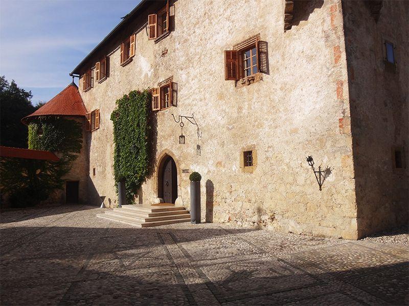 La fortaleza de estilo gótico renacentista se encuentra en el centro de una isla