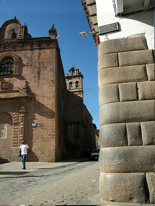 Muros incas y templos coloniales en una típica esquina cusqueña.