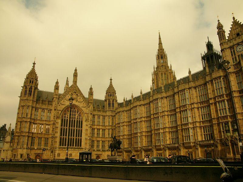 El Parlamento asombra con su puntilloso estilo neogótico y cada detalle de su fachada. Junto a la Abadía de Westminster conforman un magnífico complejo arquitectónico.