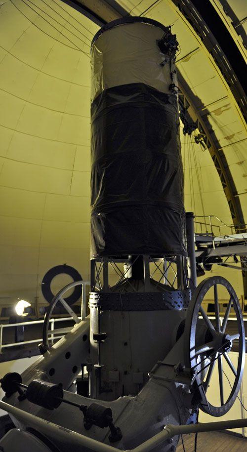 Los cielos se descubren mediante poderosos telescopios.