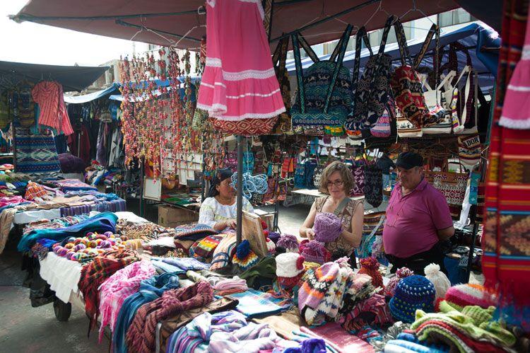 Los turistas acuerdan con los vendedores el precio justo de cada objeto. Generalmente la producción es local.