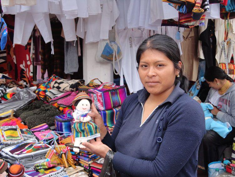 La vendedora de muñecas nos mostró sus creaciones y nos enseñó detalles de la vestimenta regional.