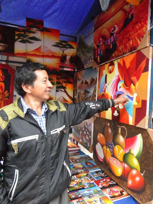 El mercado funciona como una exposición de arte local a cielo abierto.