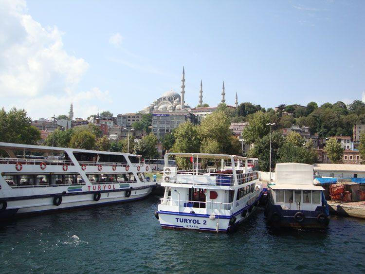 En Estambul es recomendable dedicar una mañana a navegar las azules aguas del Bósforo