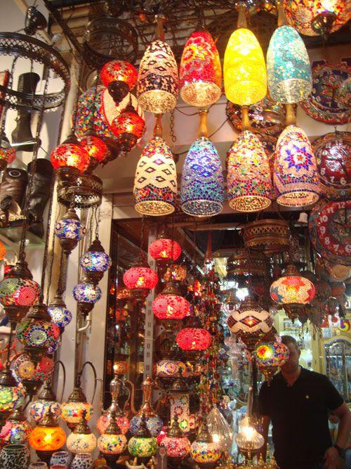 En las tiendas del Gran Bazar las lámparas deslumbran por su colorido.