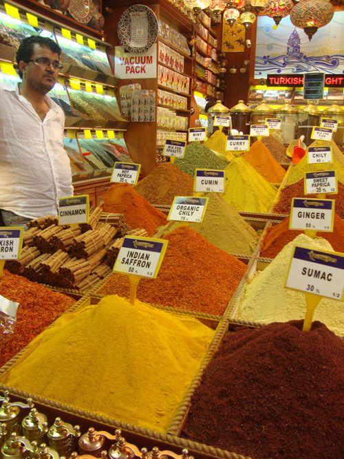 En el Bazar de las Especias o Bazar Egipcio se disponen unas 80 tiendas donde resaltan por su colorido las prolijas montañas de comino