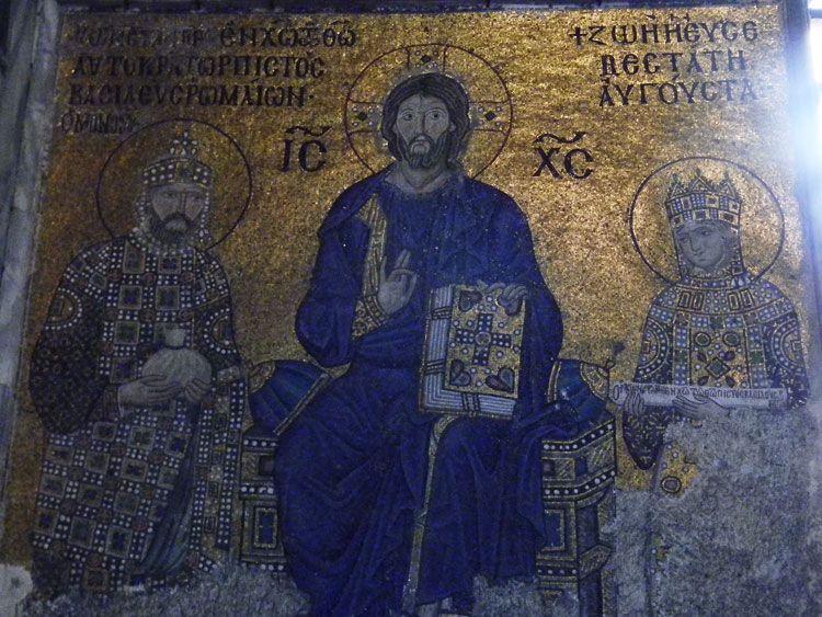 En el interior de Santa Sofía destacan deslumbrantes mosaicos bizantinos.