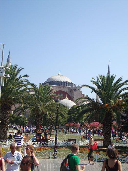 Un bello jardín con fuentes une la mezquita Azul con Santa Sofía.