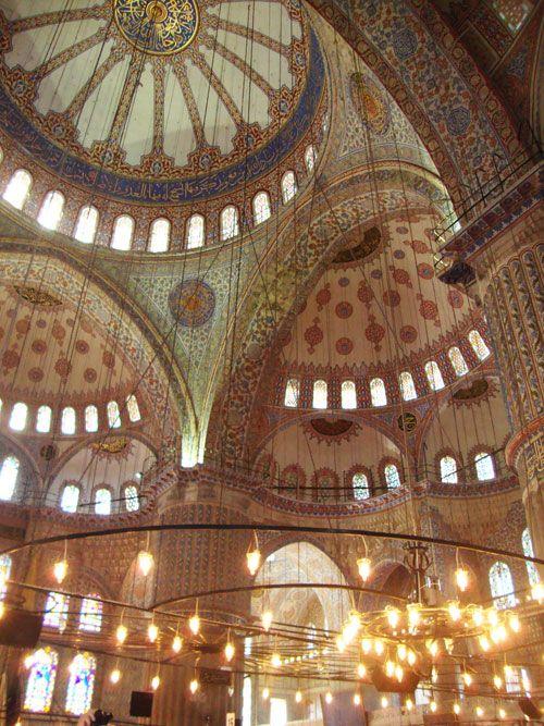 La mezquita debe su nombre a los más de 20 mil azulejos de Iznik en los cuales predomina el azul.