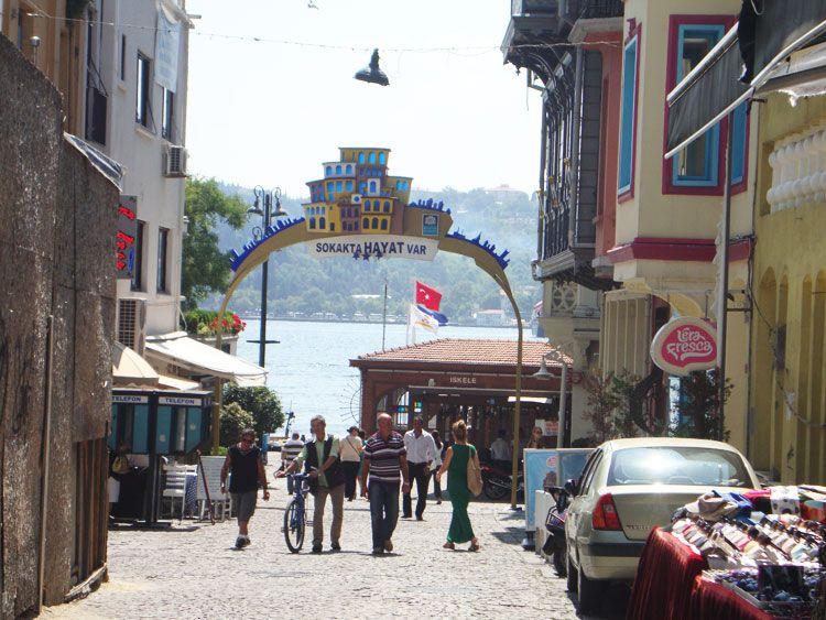 Las calles del barrio de Ortaköy están repletas de tiendas de diseño y terrazas para comer con vista al mar.