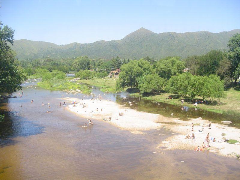 Ríos y arroyos predominan en el paisaje cordobés. Locales y visitantes disfrutan de estos espacios en contacto con la naturaleza.