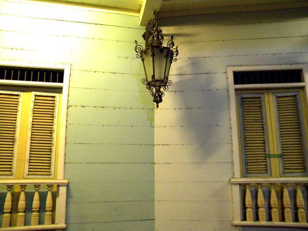 La noche resalta el aspecto colonial de los detalles de La Ronda.
