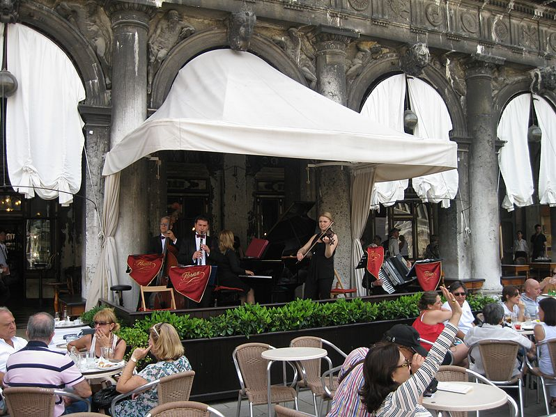 La orquesta del Caffé Florian deleitando a los visitantes