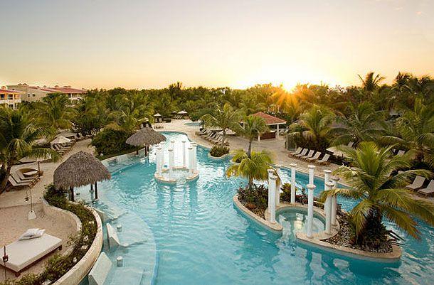 La inmensa piscina es unos de los lugares predilectos de los huéspedes.
