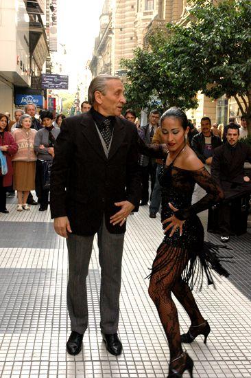 Algunos bailarines de tango ofrecen sus espectáculos en las principales calles porteñas.