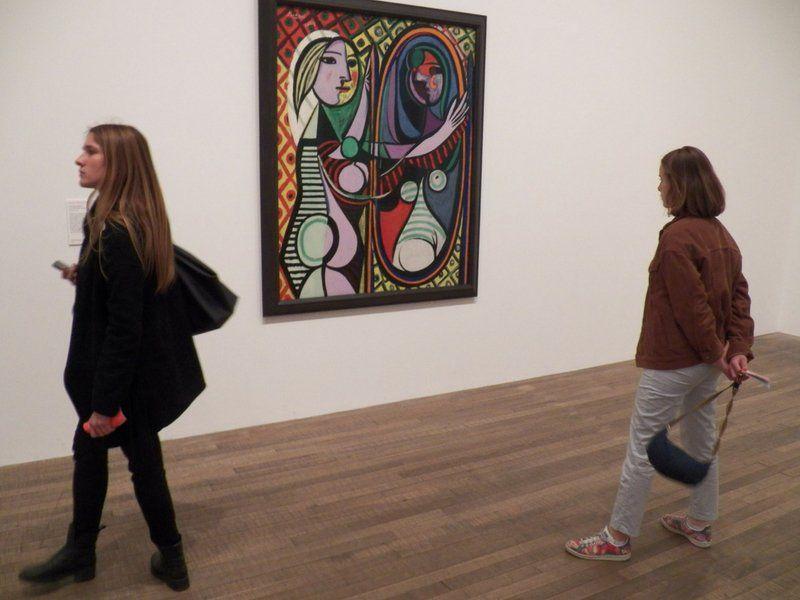 Hay que desmitificar que los viajes para mujeres son únicamente para shopping: aquí visitando un museo.