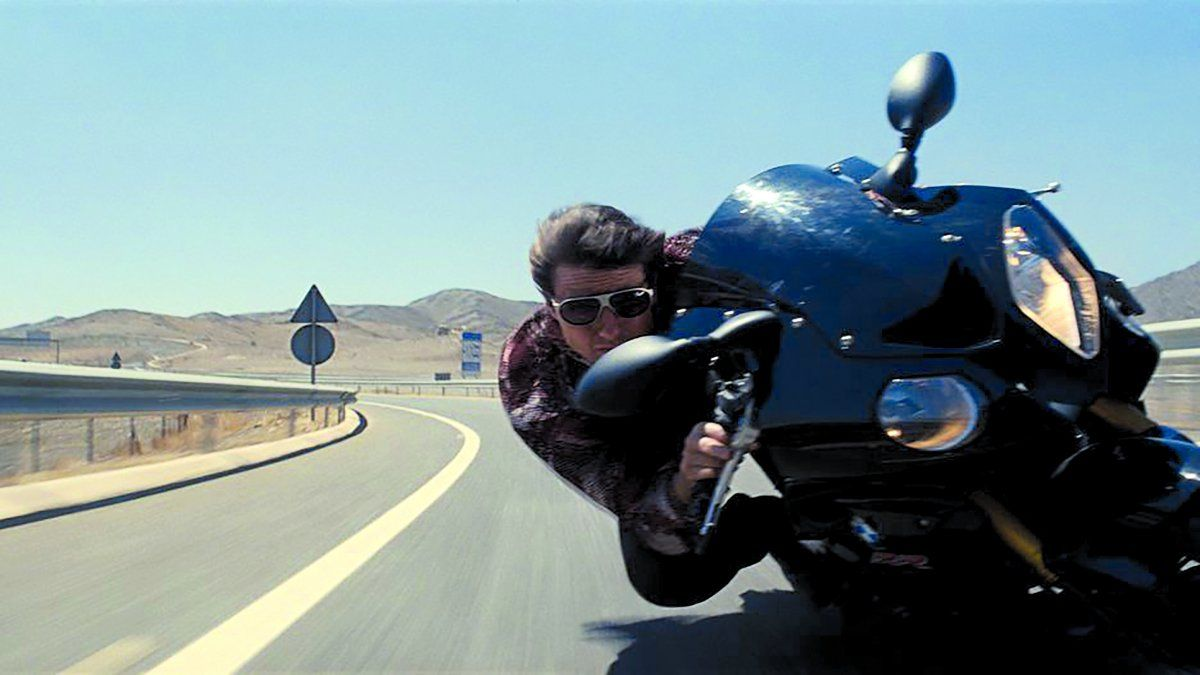 Ethan Hawke (Tom Cruise) persigue a Ilsa Faust (Rebecca Ferguson) por las carreteras aledañas de Casablanca