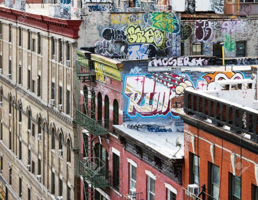 Muestras de grafiti en lo alto de los edificios.