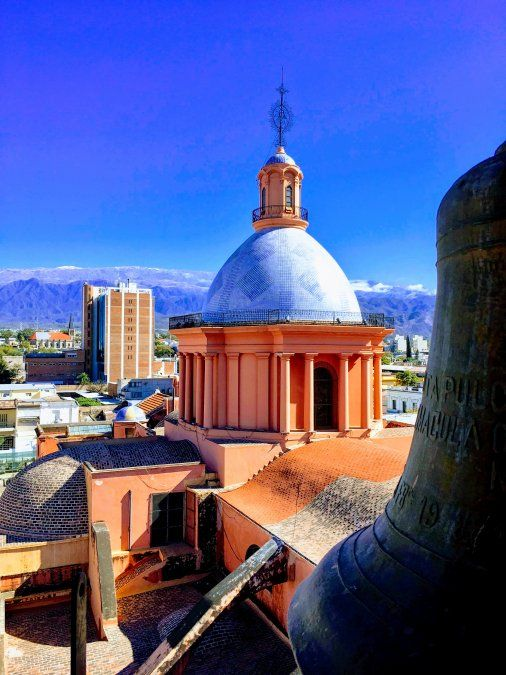 La Catedral destaca en el entorno montañoso de la capital provincial. (Foto: Silvia Zapata)