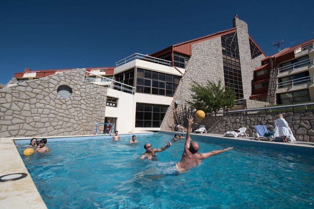Los juegos en la piscina también forman parte de las actividades en familia.