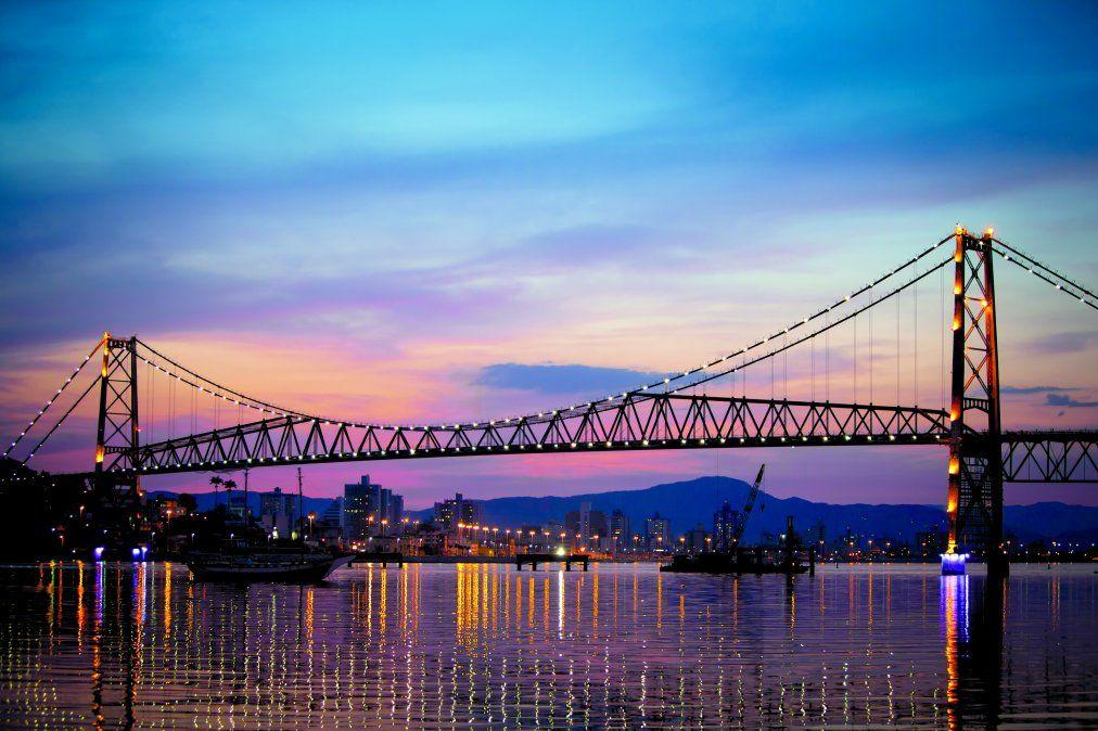 El imponente puente Hercílio Luz une la isla con el continente. (Istock)