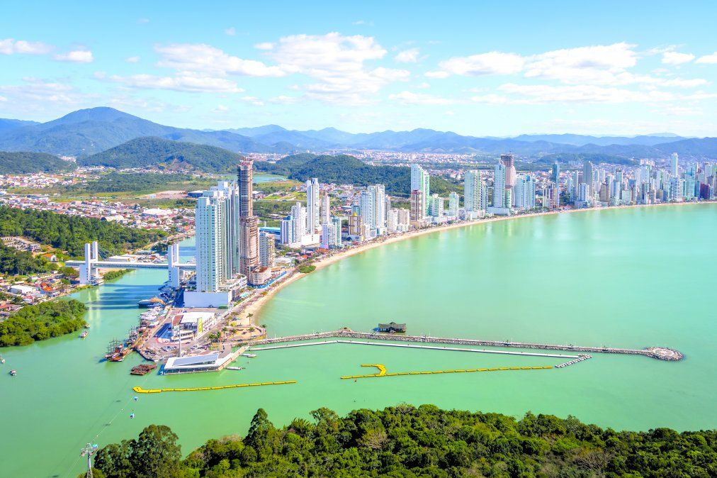 El Balneario Camboriu combina playas urbanas con otras más agrestes. (Istock)