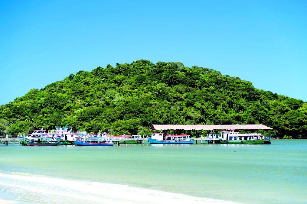 El pintoresco muelle donde llegan los barcos a Ilha do Mel. (Istock)