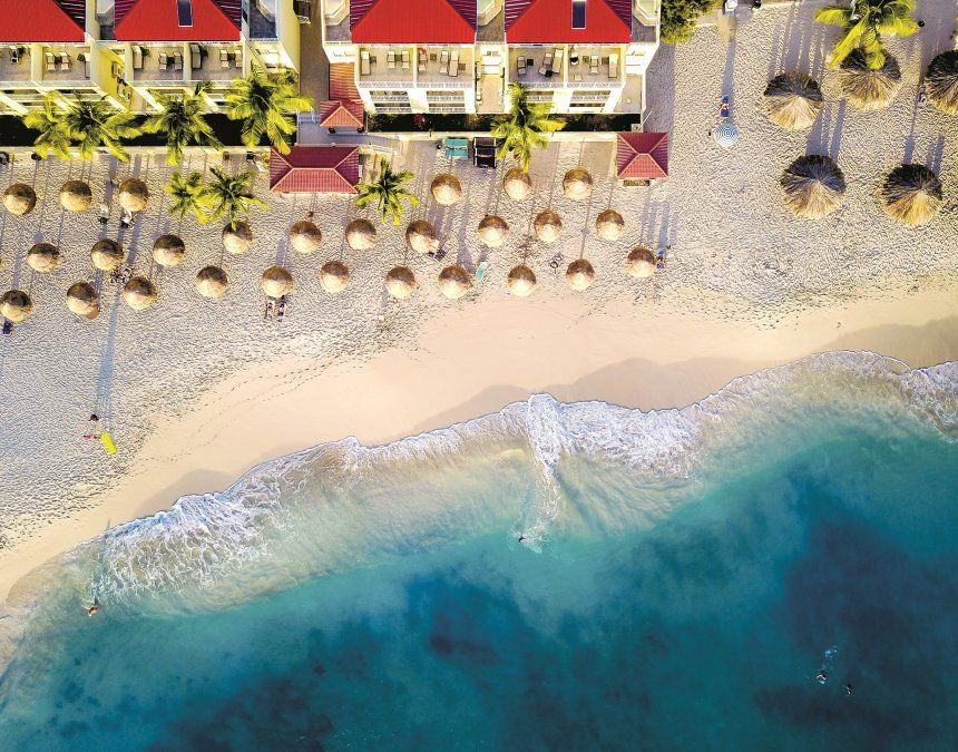 El agua turquesa característica del Caribe está presente en todas las playas de la isla