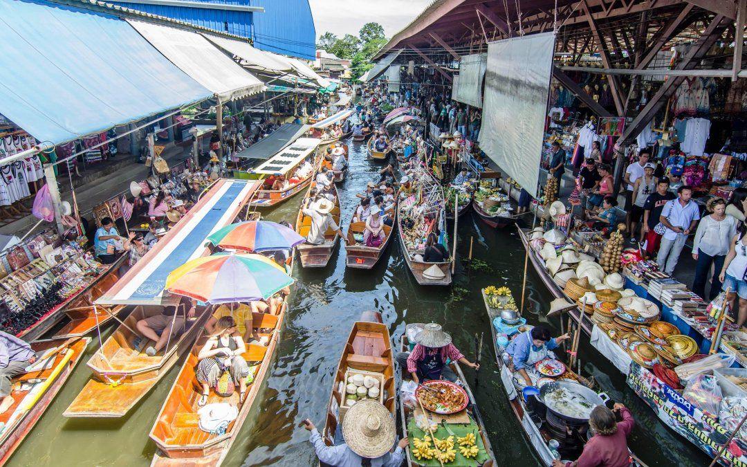 El mercado flotante es uno de los principales atractivos de la ciudad