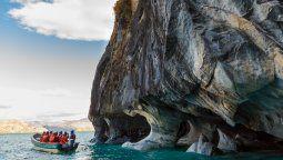 Las Capillas de Mármol son cavernas erosionadas por el lago.