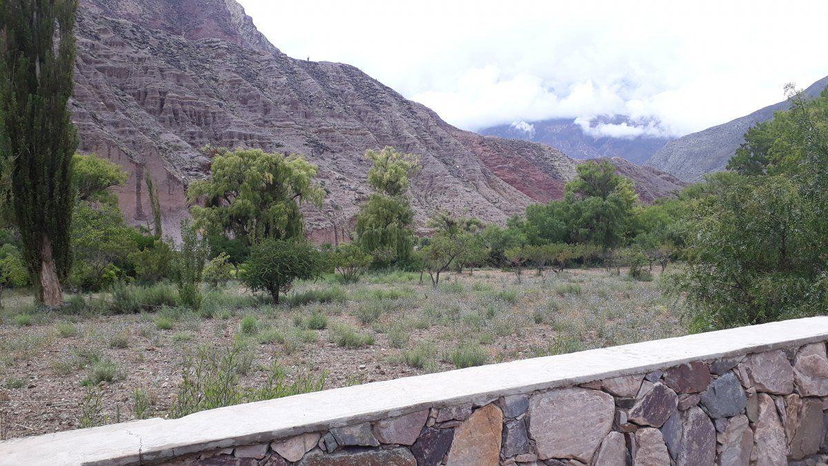 El amplio balcón terraza con vista a los cerros.